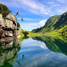 Viajeros disfrutando las bellezas naturales.